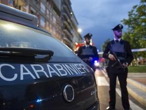 Auto in fuga nel Bresciano forza posto di blocco dei carabinieri: i militari sparano alle gomme