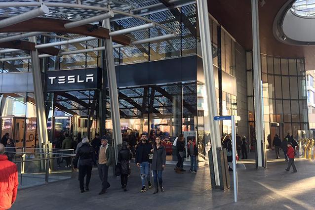 Ingresso del Tesla Store in piazza Gae Aulenti a Milano.