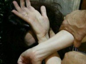 Carpenedolo, uomo massacra di botte la compagna e credendola