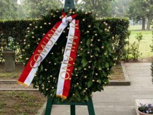 La corona del Comune depositata al campo dieci del cimitero Maggiore