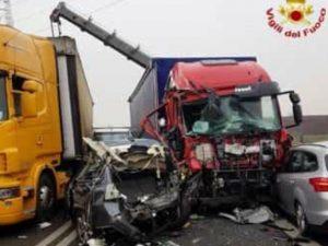 Incidente tra tir e due auto sulla statale per Malpensa: 4 feriti estratti dalle lamiere