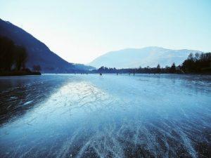 La superficie ghiacciata del lago d'Endine (Foto di Francesco Bonometti @FraBonometti su Twitter)