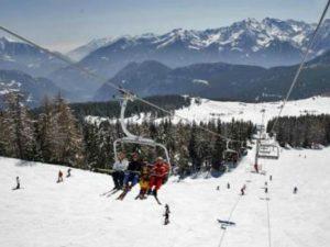 Parcheggia sulle piste da sci di Cervinia con la sua auto: denunciato turista milanese
