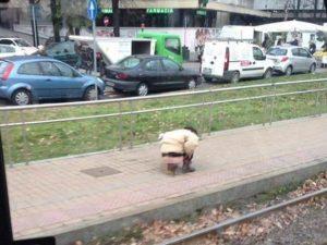 Milano, uomo si accovaccia e defeca sul marciapiede in pieno giorno