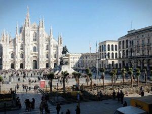 """Palme in piazza Duomo, il M5s: """"Uno scempio"""". De Corato: """"Petizione per eliminarle"""""""