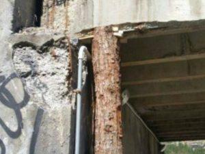 """Ponte di Legno, allarme del sindaco: """"Cavalcavia a rischio crollo, l'Anas l'ha puntellato con un tronco"""""""