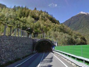 Valtellina, frontale in galleria: si schianta auto con a bordo famiglia di ritorno da gita di Pasqua