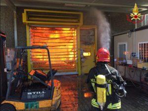 Grosso incendio in un'azienda alimentare a Marnate (Varese): colonna di fumo visibile da chilometri