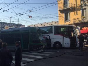 Milano, si scontrano un autobus e un tram in via Farini: dieci feriti