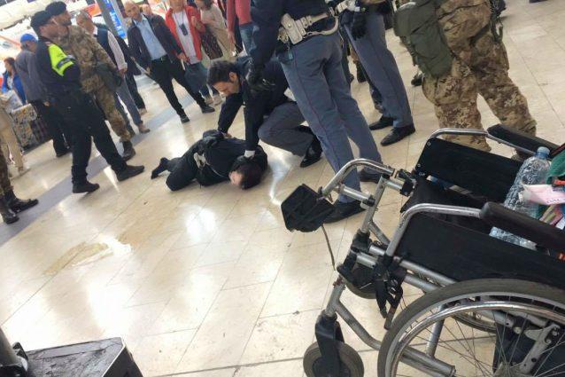 Stazione centrale di Milano: agita liquido e urla, uomo bloccato da polizia