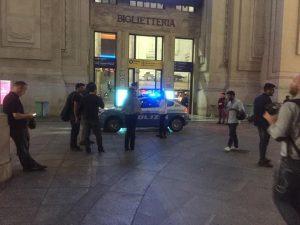 Militare e poliziotto accoltellati a Milano: polemiche tra Sala e Maroni sulla marcia per i migranti