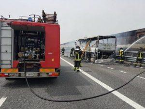 Autobus con 20 bambini in gita prende fuoco sulla A4 vicino Milano: tutti illesi