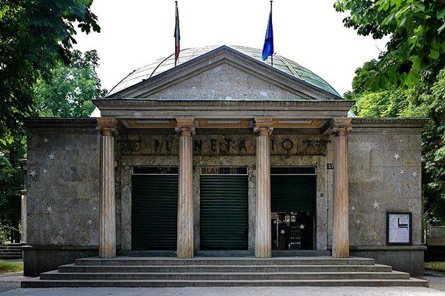 Ingresso del Planetario di Milano (Wikipedia).
