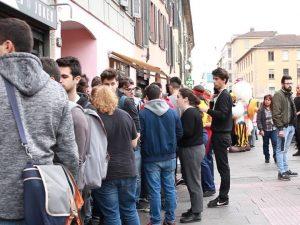 """Milano, tutti in coda per il pollo fritto gratis di """"Los Pollos Hermanos"""": oggi si ripete"""