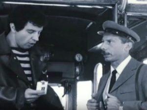 """Una scena del film """"Tre uomini e una gamba"""" (dal canale Youtube """"Aldo Giovanni e Giacomo ufficiale"""")"""