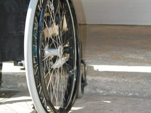 Rapina choc a Milano, in tre derubano un 87enne sulla sedia a rotelle