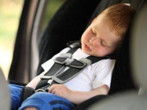 Bimbi dimenticati in auto dai genitori: da un asilo del Milanese l'idea contro le amnesie