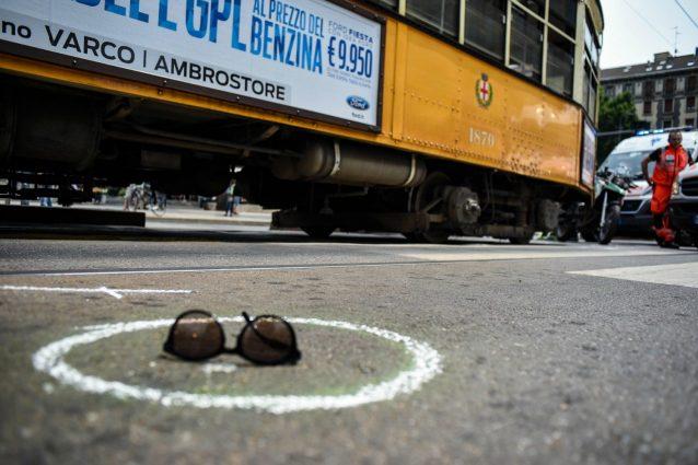 Scooter si scontra e finisce sotto tram a Milano: grave centauro