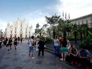 Milano, contro il caldo arrivano i nebulizzatori per le palme in piazza Duomo