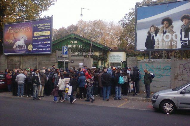 """""""Pane quotidiano"""", la onlus che sfama i poveri a Milano: """"Expo è finito, i nostri assistiti sono ancora lì"""""""