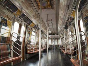 Lecco, cerca di difendere una ragazza sul treno: 28enne preso a martellate