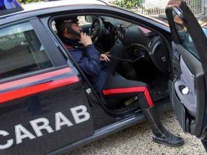 Rapinano una donna e cercano di investire due carabinieri con un'auto rubata: due arresti a Milano