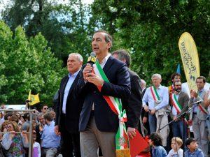 Dopo la svolta di Renzi, il Pd milanese si adegua e dimentica la marcia pro-migranti
