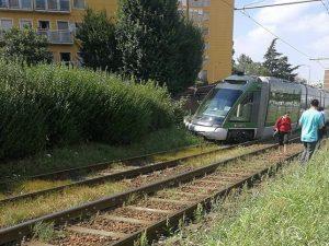 """Il tram 15 deragliato in via dei Missaglia (foto di Rita Jamba dal gruppo Facebook """"Sei di Buccinasco se…"""")"""