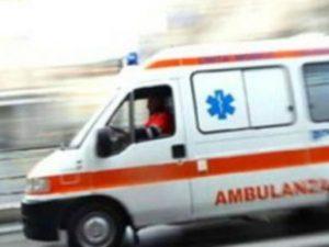 Ha un ictus mentre guida e investe un ciclista: 23enne in ospedale