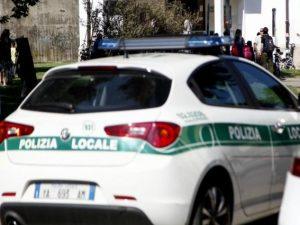 Investe una donna sulle strisce pedonali e scappa: 60enne denunciata grazie a un passante