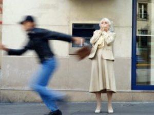 Donna anziana scippata da un malvivente: campione di kickboxing lo mette al tappeto