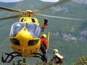Bergamo, viene colpito da un masso durante un'escursione: grave 21enne