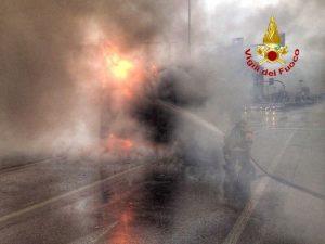 Milano, bus Atm in fiamme nel pomeriggio a Famagosta: nessun ferito
