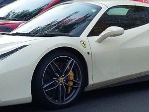"""Ferrari al posto dei disabili, la polizia: """"Decisivo il racconto del bimbo, appassionato di auto"""""""