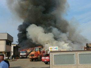 L'incendio a Mortara (foto di Alessandro Baldin via Facebook)