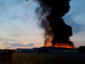 Domato nella notte l'incendio a Mortara: paura per nube tossica, oggi scuole chiuse