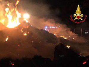 Incendio in un campo in via Caldera, a Milano: in fiamme balle di fieno