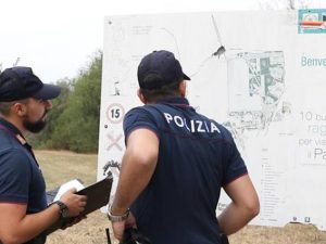 Agenti di polizia indagano al Parco Nord (LaPresse).