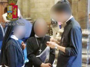 Si traveste da prete e prova a entrare nel Duomo di Milano senza pagare: denunciato 19enne