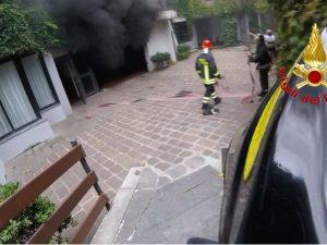 L'incendio nel box in via Palatino, a Milano (Foto Vigili del fuoco)