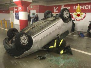 Si ribaltano con l'auto nel parcheggio del centro commerciale: ferite due donne