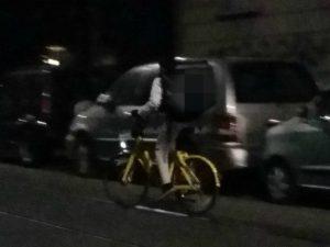 Milano, bicicletta del bike sharing Ofo usata per consegnare cibo a domicilio