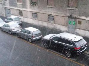 Milano, arriva la neve: auto e strade imbiancate