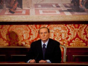 Silvio Berlusconi in una conferenza stampa a Villa Gernetto (Archivio LaPresse)