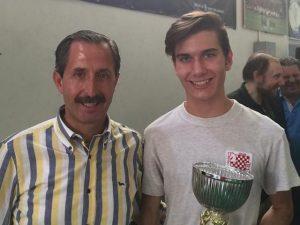 Luca Moroni (a destra) con il sindaco di Corsico Filippo Errante durante un torneo locale