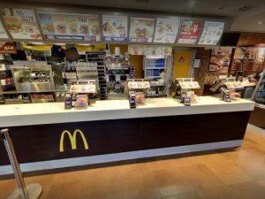 Accoltellato un addetto alla vigilanza del McDonald's in pieno centro di Milano