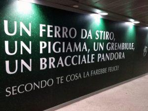 """Pubblicità di Pandora nella metro di Milano sotto accusa: """"È sessista"""""""