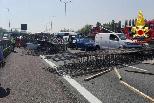 Milano maxi tamponamento in Tangenziale ovest: ultimi aggiornamenti, strada ancora bloccata