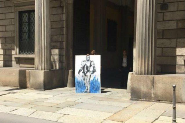 La foto dell'artista Cristina Donati Meyer che espone la sua opera con Salvini–Robocop (Facebook)