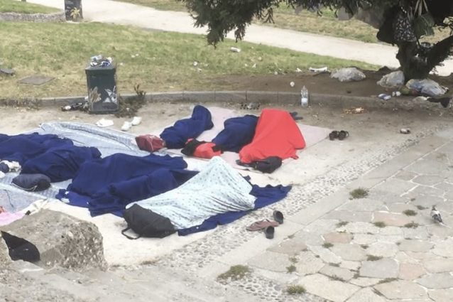 Alcuni dei profughi accampati nei giardinetti vicino a Porta Venezia, a Milano (foto di Silvia Sardone)